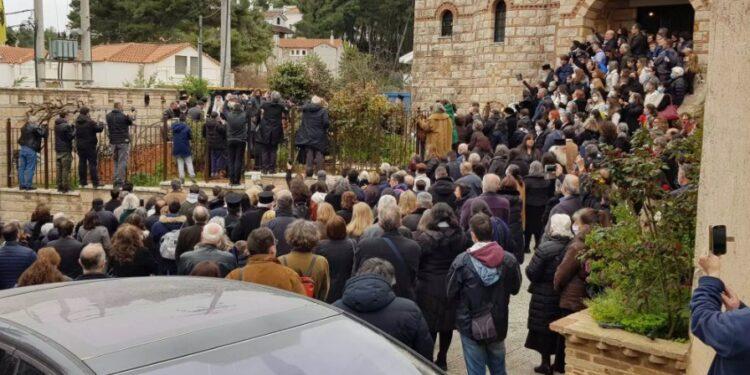 Συνωστισμός σε κηδεία Αρχιμανδρίτη στον Άγιο Στέφανο – Κουβαλούσαν το φέρετρο χωρίς μάσκες